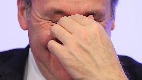 Belgiens Finanzminister Steven Vanackere steht die lange Nacht ins Gesicht geschrieben.