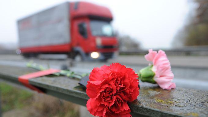 Trauer an der A5: Bei dem Unfall kamen sechs Menschen ums Leben.