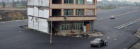 Straßenbau in China: Ein Haus wird Verkehrsinsel