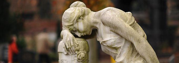 Im November gibt es mehrere Tage des Totengedenkens: Allerheiligen, Allerseelen, Volkstrauertag und Totensonntag.