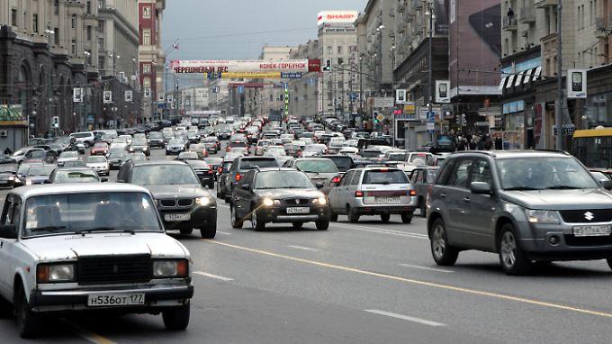 Endlose Blechlawinen rollen über die Straßen von Moskau.