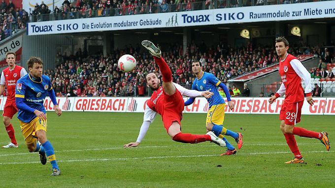Am 15. Spieltag setzte es für Eintracht Braunschweig die erste Saisonniederlage, in Cottbus. Das wahrt damit den Kontakt zu den Aufstiegsrängen.