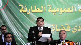 Der abgesetzte Generalstaatsanwalt Mahmud wurde von seinen Kollegen gefeiert.