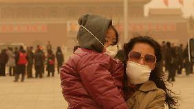 Atemmaske nötig: Sandsturm schränkt Peking ein