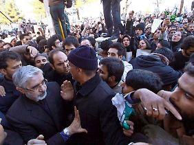 Oppositionsführer Mussawi, links, während der Beisetzung des progressiven geistlichen Großajatollahs Hussein Ali-Montaseri Ende 2009.