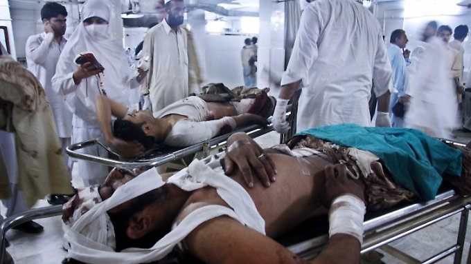 Zwei schwer Verletzte werden in einem Krankenhaus in Pakistan versorgt. Sie sind Opfer eines Bombenanschlags, bei dem 40 Menschen sterben.