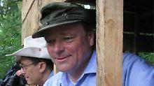 Entwicklungsminister mit Bundeswehrmütze: Bei seiner ersten großen Auslandsreise als Minister besuchte Niebel im Januar auch eine Berggorilla-Waisenstation im Kongo. Auf seine Mütze will Niebel niemals verzichten.