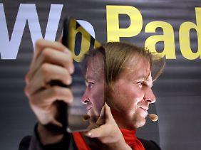 Helmut Hoffer von Ankershoffen präsentiert stolz das erste WePad.
