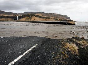 Die Hauptküstenstraße ist in der Nähe von Reykjavik zerstört worden.