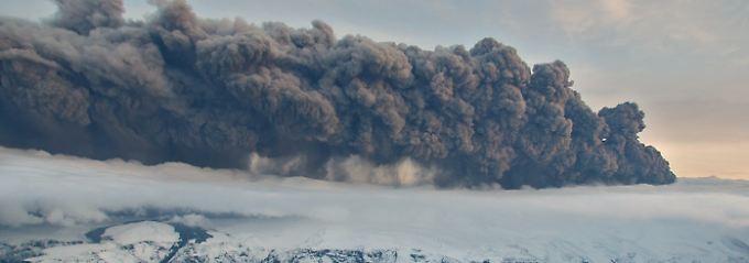 Der Vulkan streut seine Asche- und Raucwolken über halb Europa.