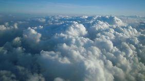 """Das Flugzeug flog """"nicht in der Wolke, sondern durch die Wolke""""."""