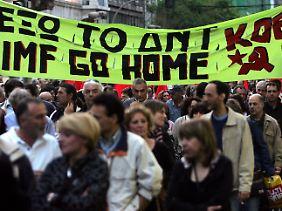 """""""IMF go Home""""  - Die Entscheidung der griechischen Regierung, die EU und den IWF um Hilfe zu bitten, treibt viele Griechen zu Protesten auf die Straße."""