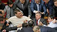 Vernebelte Debatte: Prügel im ukrainischen Parlament