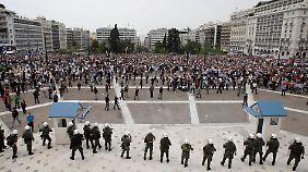 Demonstranten versuchten, das Parlamentsgebäude zu stürmen.