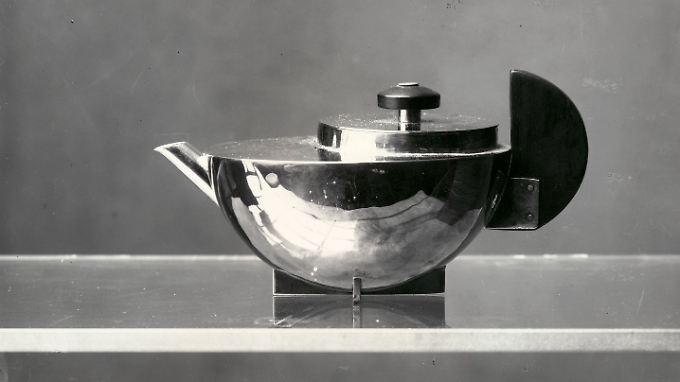 Ein Tee-Extraktkännchen MT 49 von Marianne Brandt, aufgenommen 1924 von der Bauhaus-Fotografin Lucia Moholy in Dessau.