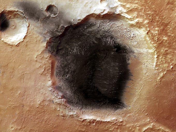 In diesem 50 Kilometer großen und etwa 1700 Meter tiefen Einschlagkrater ist die Ascheablagerung am deutlichsten zu erkennen.