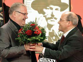 Emotionaler Abschied: Fraktionschef Gysi und der scheidende Parteichef Bisky.