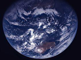 Die Erde aus dem All fotografiert ist wegen der Weltmeere überwiegend blau.