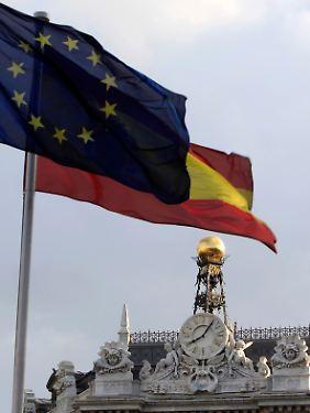 Die Flaggen von Spanien und der EU wehen über der Bank von Spanien. Die Regierung will die Arbeitsmarktreform unbedingt durchbekommen.