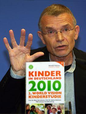 Professor Klaus Hurrelmann während der Vorstellung der neuen Studie.