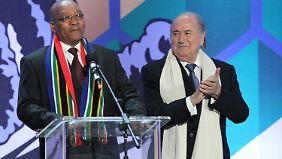 FIFA-Boss Joseph S. Blatter und Südafrikas Präsident Zuma sind begeistert.
