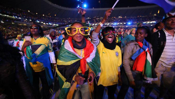 Tausende Fans in buntem Outfit schunkelten und tanzten ausgelassen in Sowetos Orlando-Stadion - die Ouvertüre für die erste Weltmeisterschaft auf afrikanischem Boden.