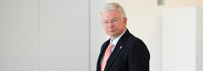 Hessens Ministerpräsident Roland Koch will sich Ende August aus der Politik zurückziehen.