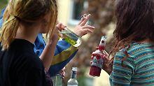Süße Alkopops und Biermischungen werden oftmals als Einstiegsgetränke von Jugendlichen konsumiert.
