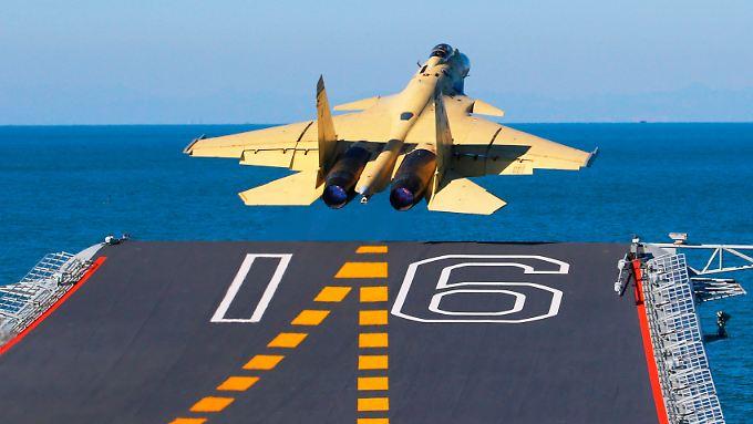 """Ein J-15-Jet beim Start von der """"Liaoning""""."""