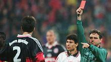 Schiedsrichter Bernd Heynemann zeigt im Oktober 1997 Markus Babbel vom FC Bayern München nach einem absichtlichen Handspiel die rote Karte.