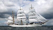 Der Dreimaster verlässt seinen Heimathafen Kiel zur 160. Ausbildungsfahrt in Richtung Kanarische Inseln.