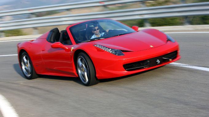 Schnell, viel zu schnell bewegt man sich mit dem Ferrari F458 Spider jenseits der guten Sitten.