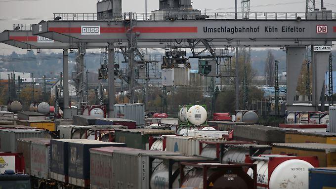 Container werden in Köln auf dem Umschlagterminal Köln Eifeltor vom Lkw auf die Bahn und umgekehrt verladen.