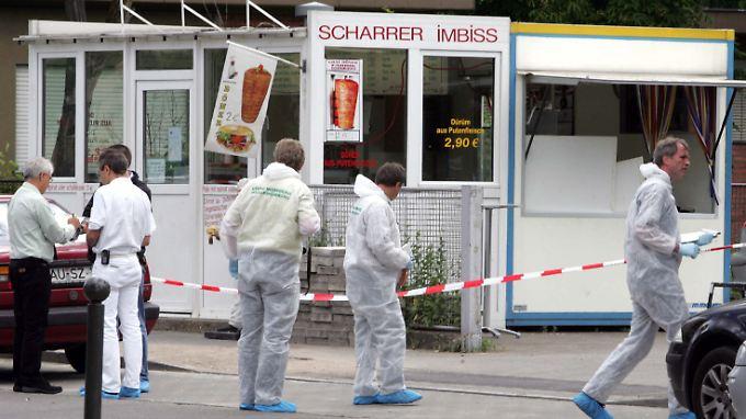 Ermittler im Juni 2005 an dem Imbiss in Nürnberg, in dem Ismail Yasar getötet wurde.