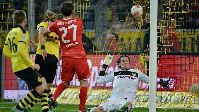 Düsseldorfs Stefan Reisinger trifft zum 1:1 gegen Dortmund. Dabei blieb es zum Ärger des Meisters.