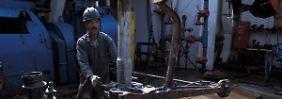 Ein Bohrinsel-Mitarbeiter auf der Ben Nevis-Plattform in der Nordsee.