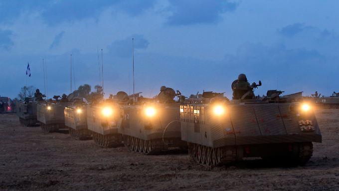 Israelische Soldaten fahren an der Grenze zum Gazastreifen auf.