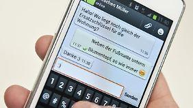 Mit «WhatsApp» lassen sich kostenlos Meldungen und Daten an andere Nutzer versenden. Allerdings können die Konten leicht gehackt werden. Foto: Mascha Brichta