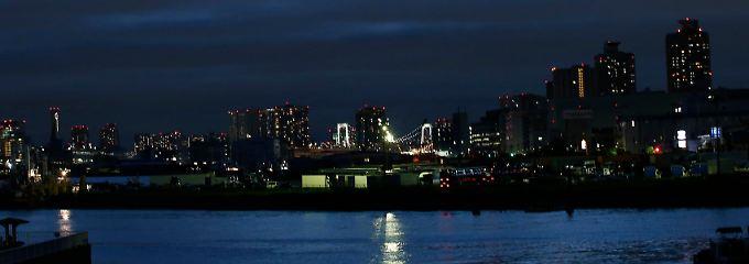 Im Hafen bei Tokio: Ein Hoffnungsschimmer kommt aus der Industrie.