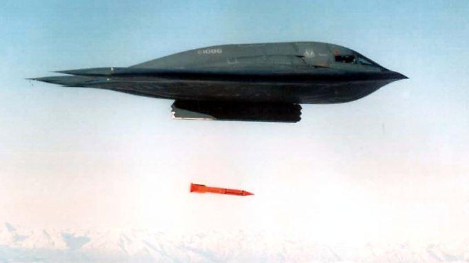Ein B-2 Spirit Bomber wirft bei einer Übung eine B61-11 ab.