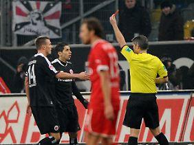 Schiedsrichter Michael seiner zückt Gelb-Rot.