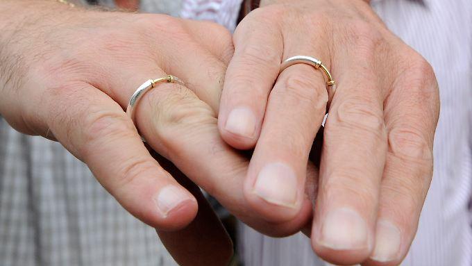 CDU-Politiker bremsen Diskussion über die Homo-Ehe.
