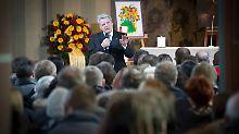 Trauerfeier in Titisee-Neustadt: Gauck spendet Angehörigen Trost