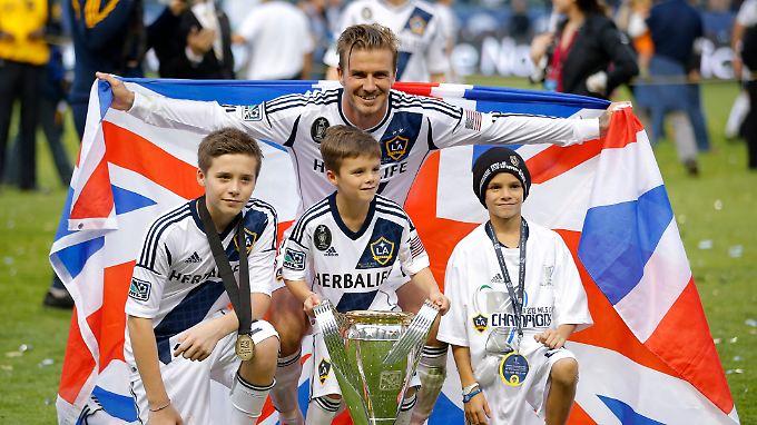 David Beckham geht glücklich, aber auch wehmütig vom Platz. Er verabschiedet sich mit seinen Söhnen Brooklyn, Romeo and Cruz (v.l.).
