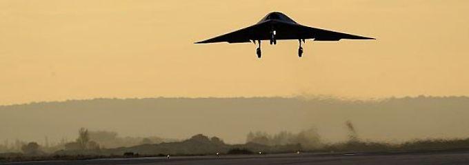 Die Ähnlichkeiten zu Stealth-Bombern wie der B-2 von Northrop ergeben sich schon aus den Anforderungen: Hohe Zuladung, flache Radarsignatur.