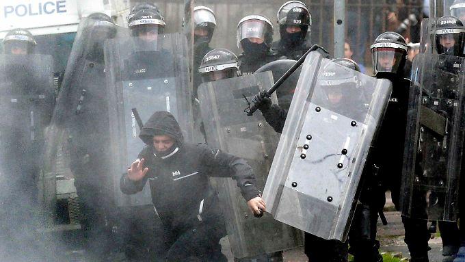 Ein jugendlicher Nationalist durchbricht die Polizeiabsperrungen rund um das Rathaus.