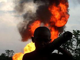 Angeblich werden in Nigeria täglich 400.000 Barrell Öl gestohlen. Bei Versuchen, Pipelines anzuzapfen, kommt es immer wieder zu Explosionen mit dramatischen Folgen.