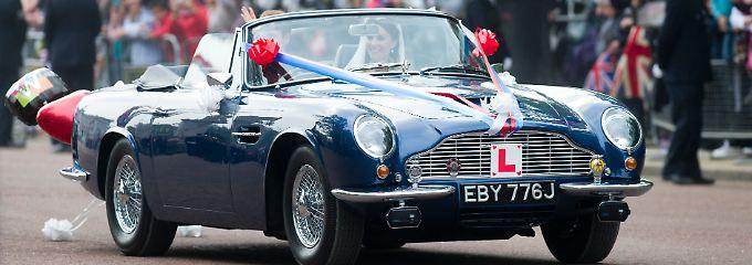 """Im """"Aston Martin Volante"""" auf dem Weg in einen neuen Lebensabschnitt: Kate und William nach der Trauung im April 2011."""