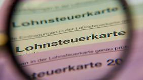 Mit dem neuen Jahr ist Schluss: Die Lohnsteuerkarte aus Pappe wird abgeschafft. Der Datenaustausch zwischen Arbeitgeber, Steuerzahlern und Finanzamt erfolgt ab 2013 nur noch elektronisch.