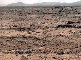 Die Marsoberfläche aus Sicht des Forschungsroboters Curiosity.